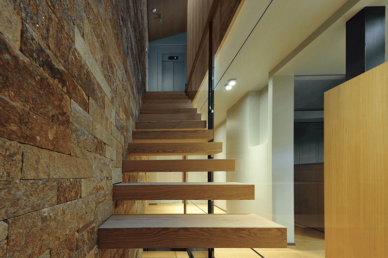 Coblonal linear wood staircase